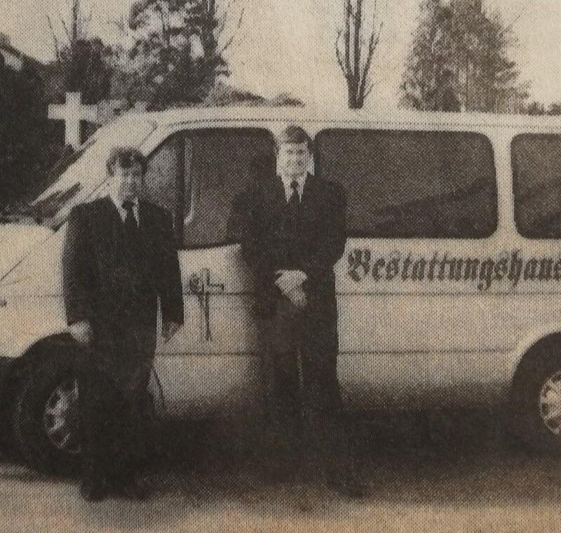 Der Beginn der Firma Barz, Hans-Jürgen Barz und sein Mitarbeiter Dieter Nitschke mit ihrem neuen Fahrzeug